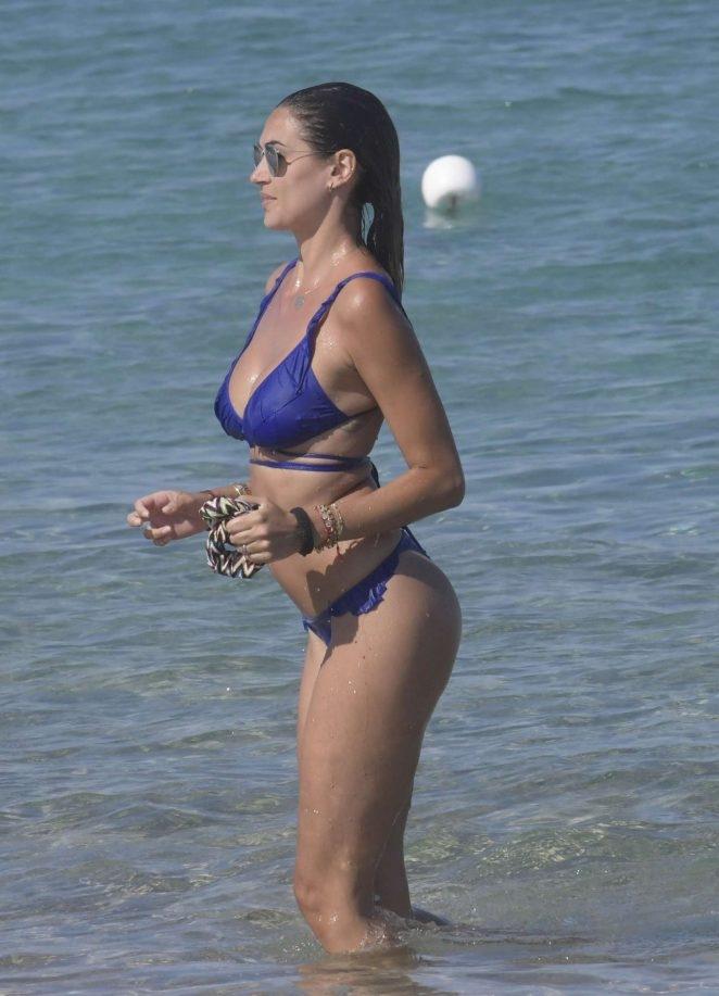 Melissa Satta lacivert bikiniyle plajda