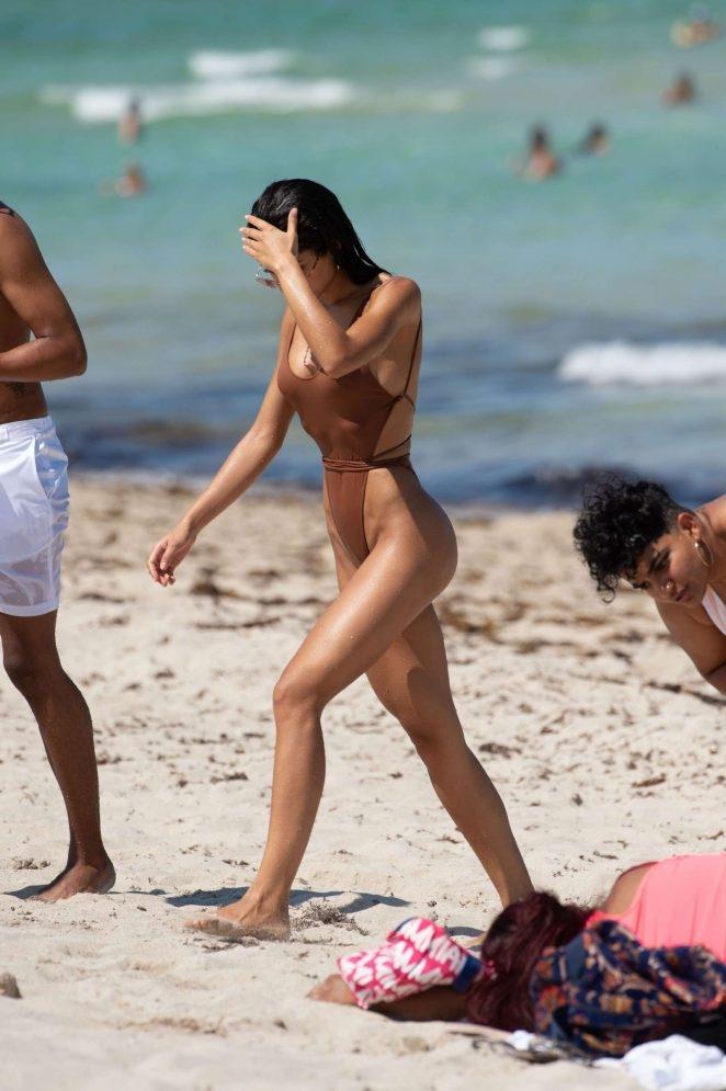 Yovanna Ventura kahverengi bikiniyle
