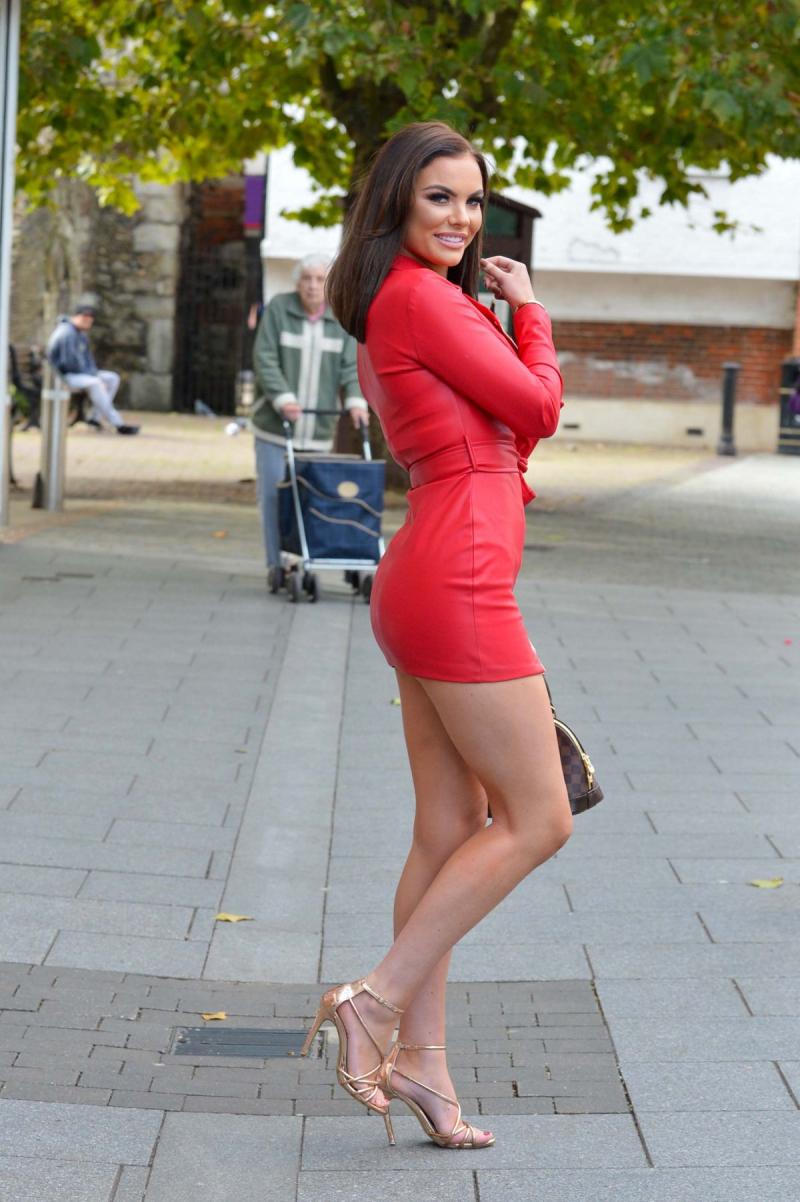 Kelsey Stratford kırmızı mini elbiseyle