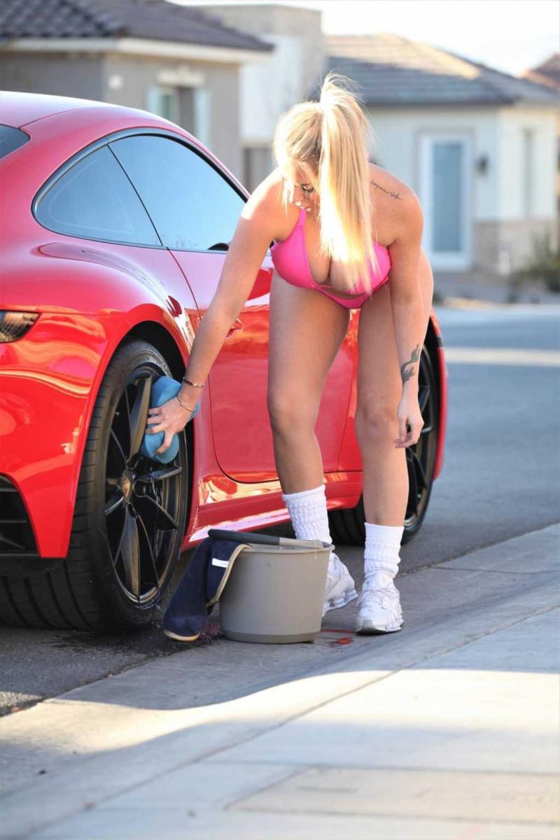 Claudia Fijal pembe bikini ile Las Vegas'ta