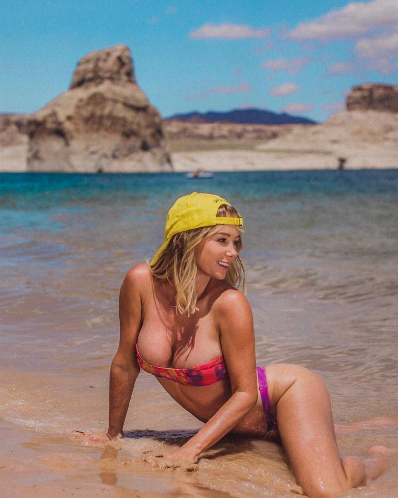 Sara Jean Underwood bikini ile plajda