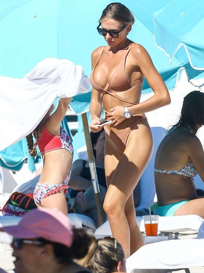 Anastasia Skyline bikini ile plajda