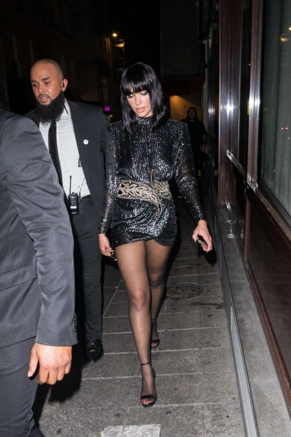 Dua Lipa mini elbiseyle Paris'te
