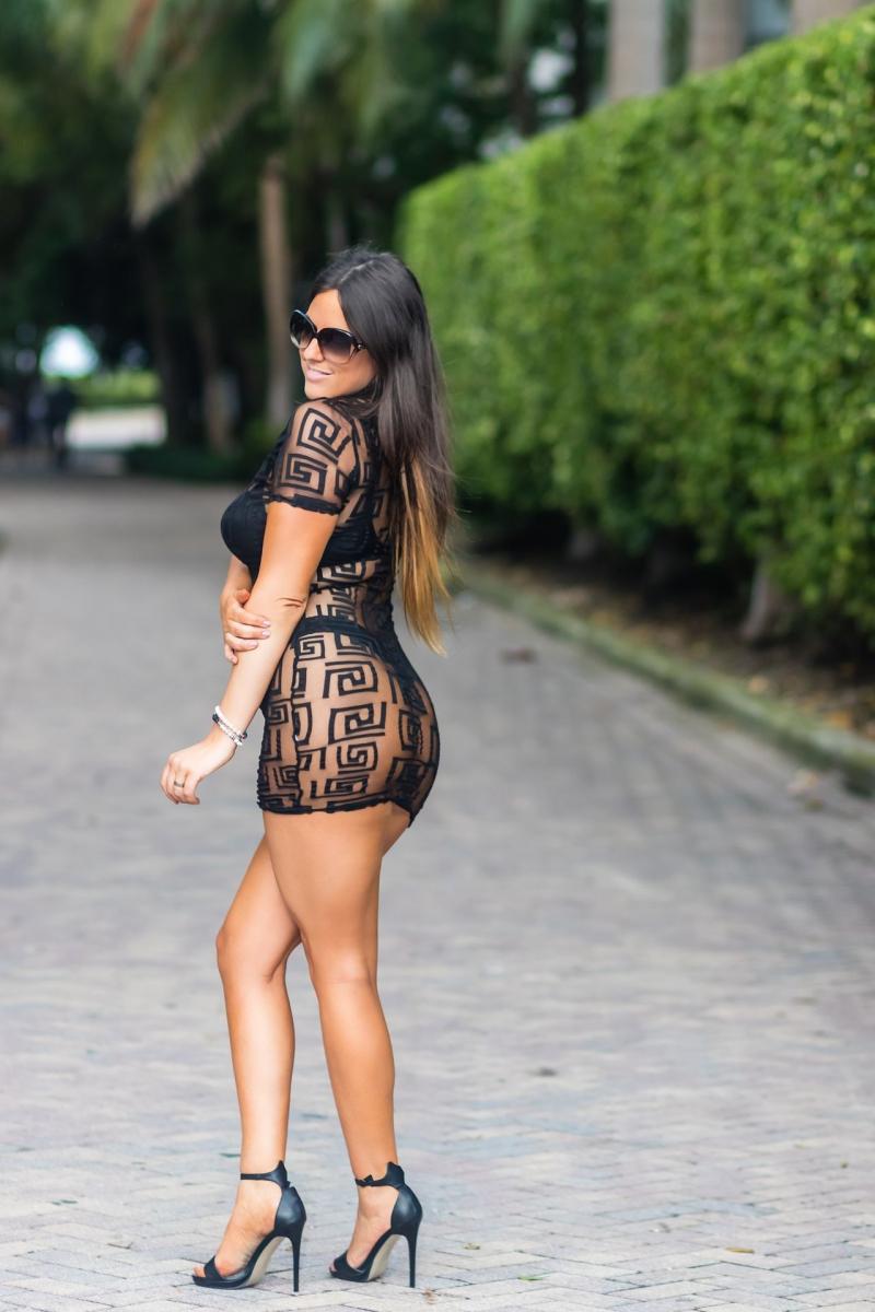 Claudia Romani şeffaf elbise ile Miami'de