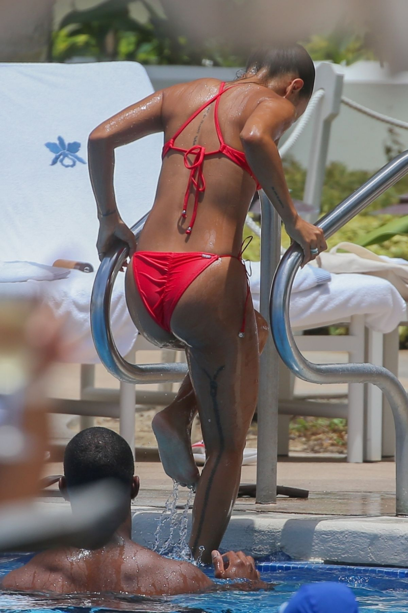 Karrueche Tran renkli ve kırmızı bikini ile Honolulu'da