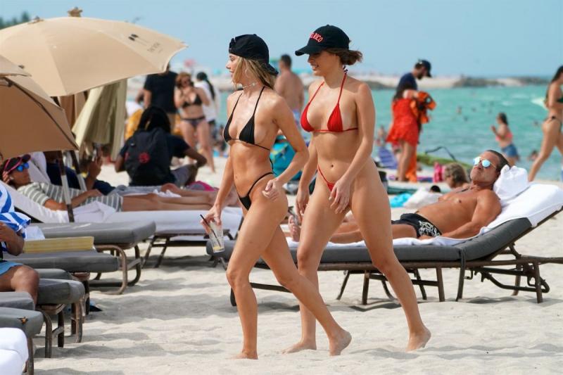 Celeste Bright bikini ile Miami plajında