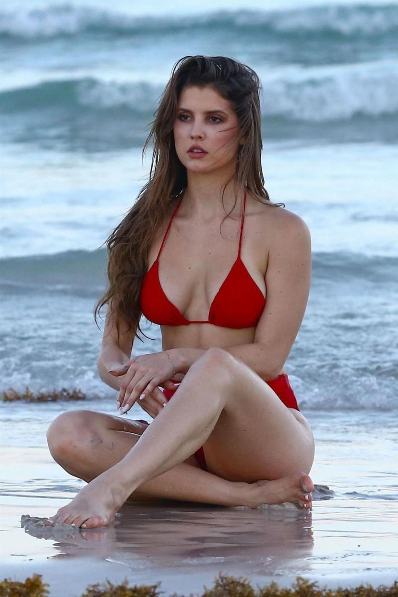 Amanda Cerny kırmızı bikini ile denizde