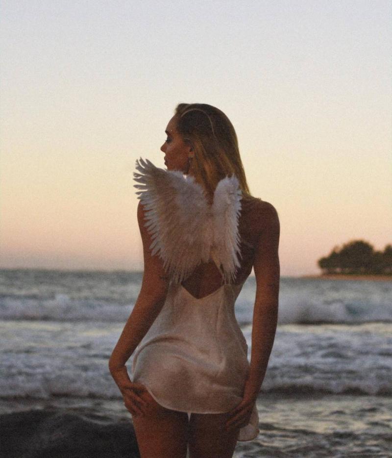 Alexis Ren melek kostümüyle fotoğraf çekimlerinde