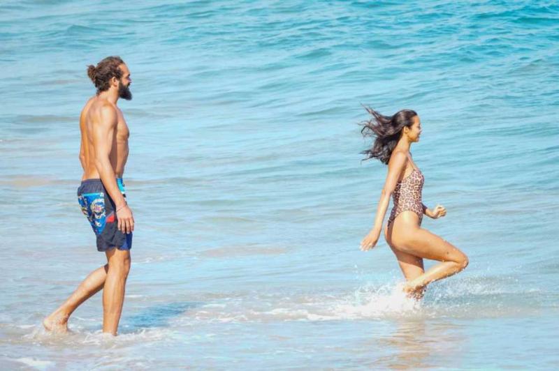 Lais Ribeiro leopar desenli mayoyla Malibu plajında