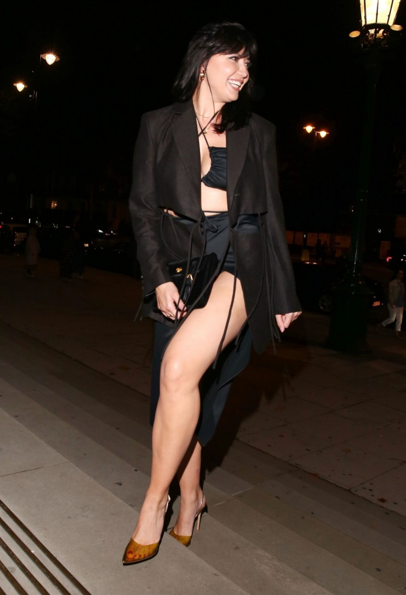 Daisy Lowe siyah etekle Londra'da