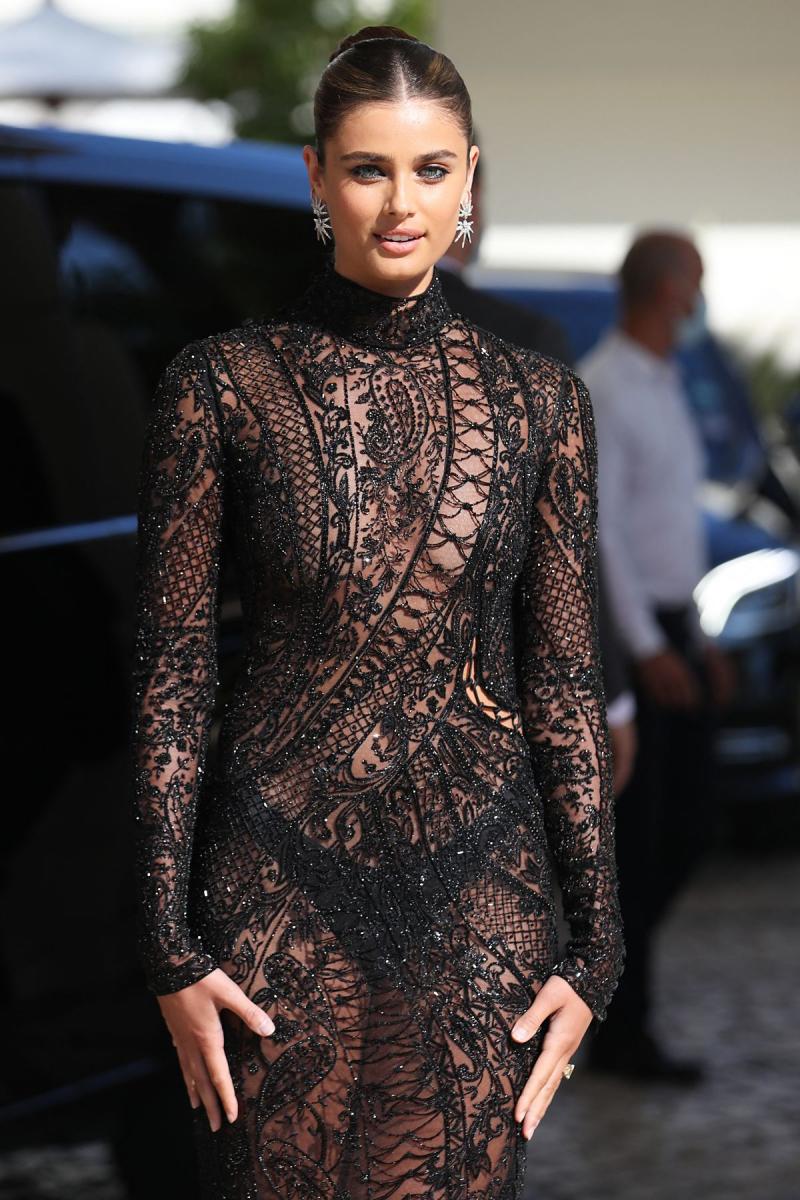 Taylor Marie Hill şeffaf kostümle Cannes Film Festivali'nde