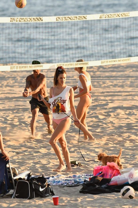 Alessandra Ambrosio pembe bikini ile Santa Monica plajında