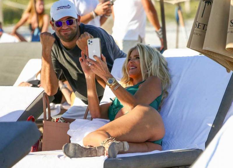 Victoria Silvstedt yeşil mayo ile Miami plajında
