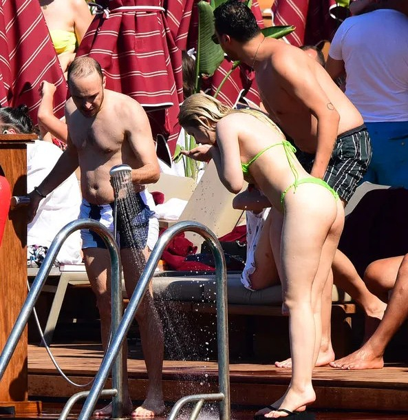 Aleyna Tilki yeşil bikiniyle