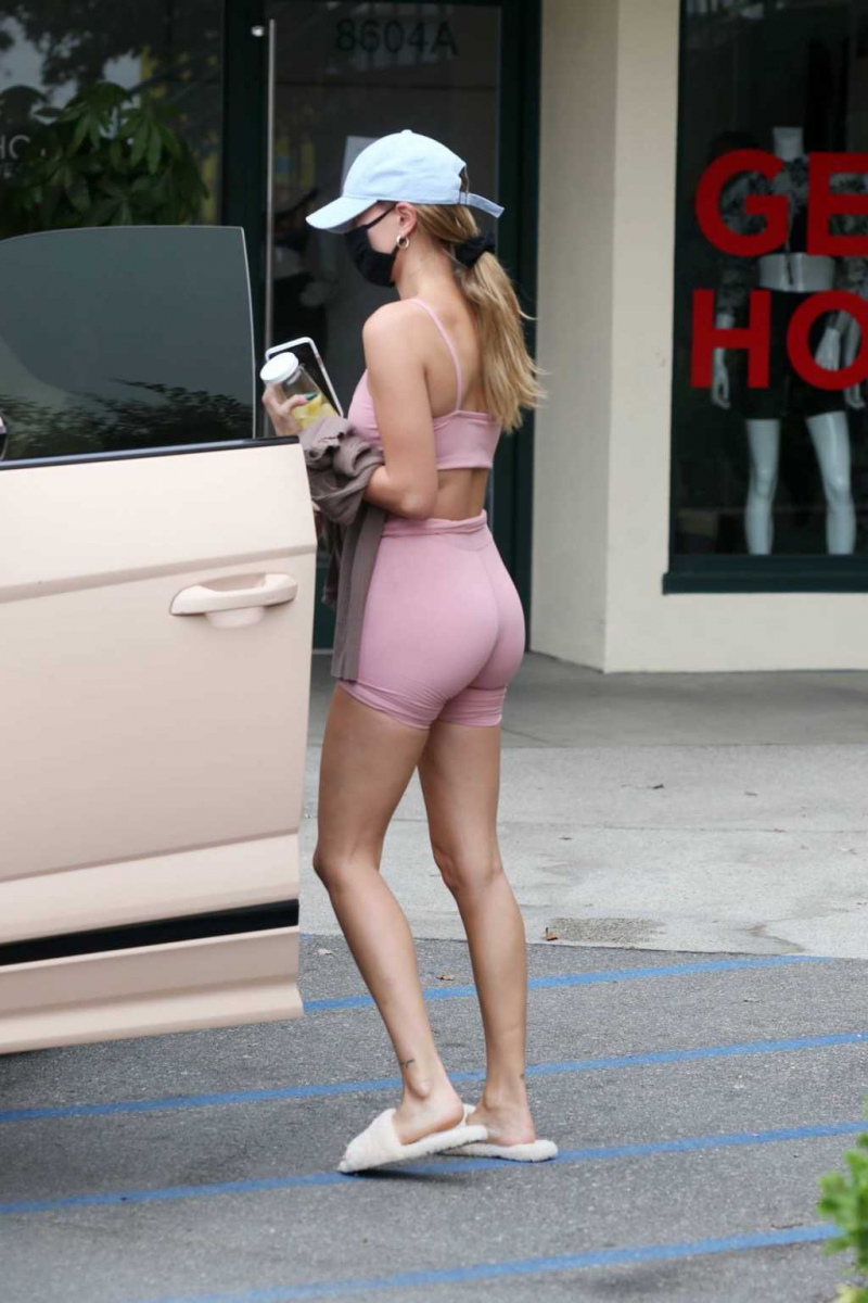 Hailey Baldwin pembe tayt şort ile Batı Hollywood'da