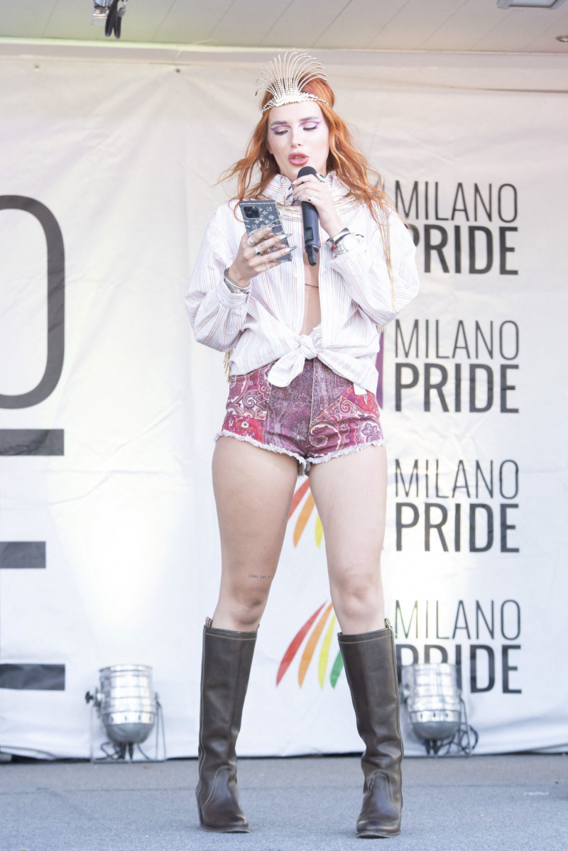 Bella Thorne şortla Milano Pride'da