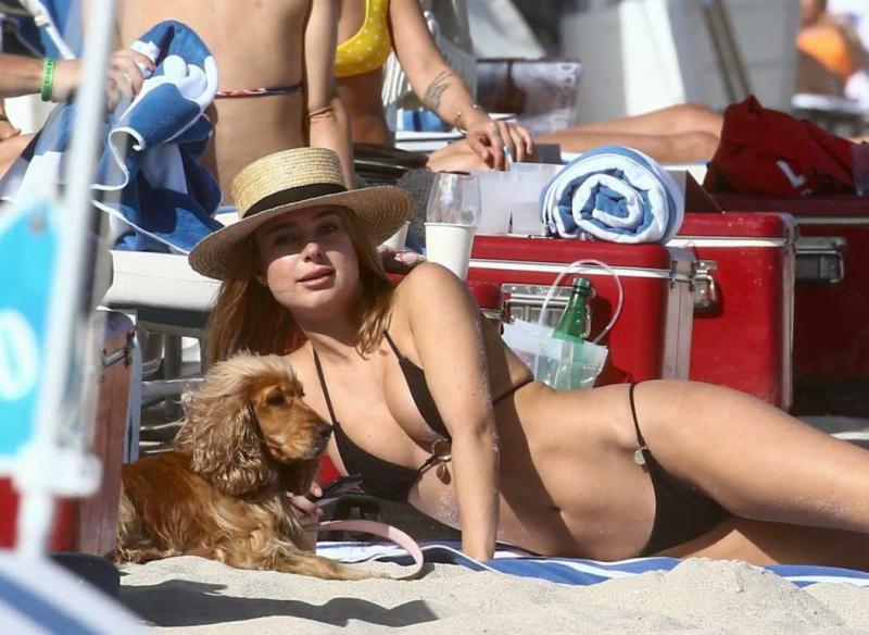 Kimberley Garner cocker cinsi köpekle Miami'de