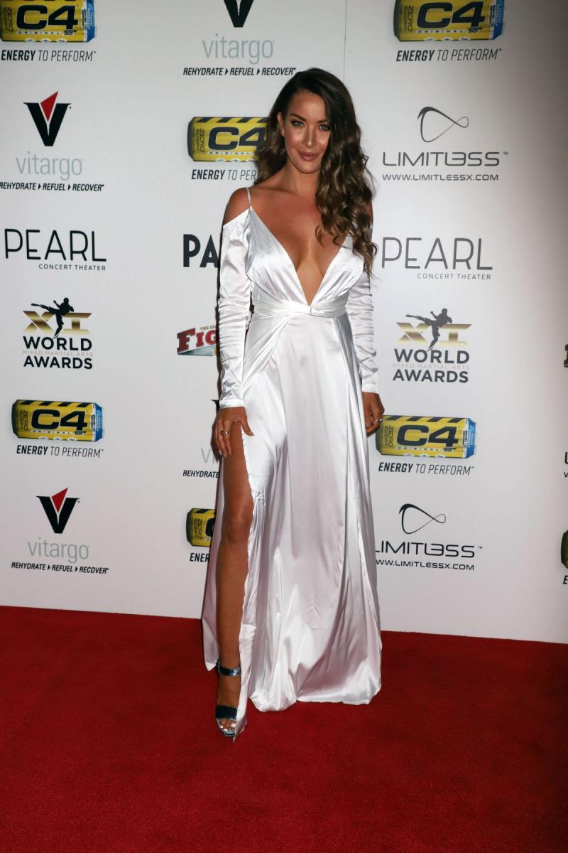 Summer Daniels göğüs dekolteli beyaz elbiseyle ödül töreninde