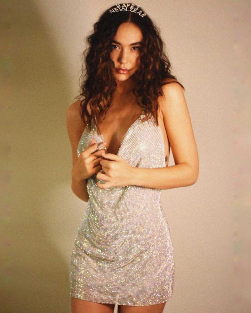 Alexis Ren göğüs dekolteli mini elbiseyle Melissa Cartagena çekimlerinde
