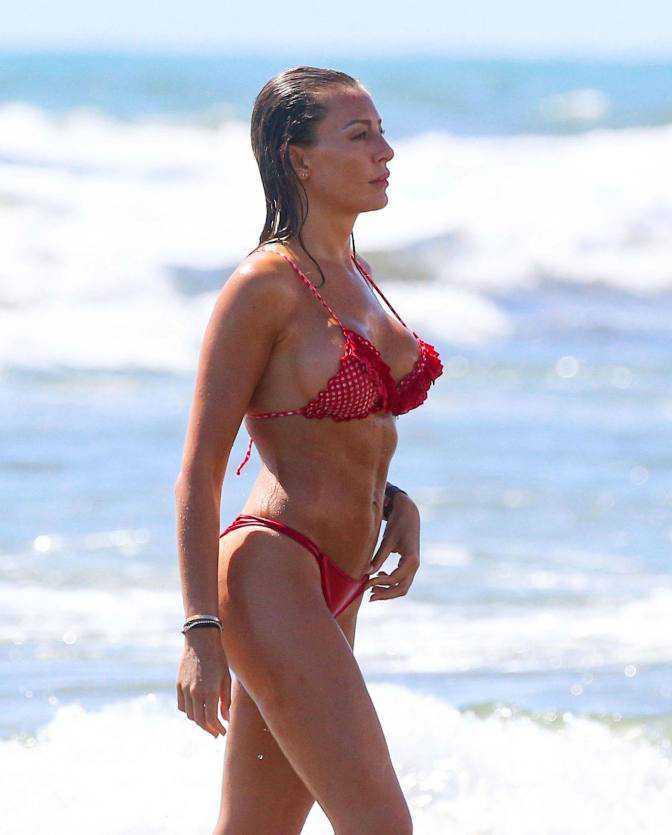 Alessia Tedeschi kırmızı bikiniyle İtalya'da