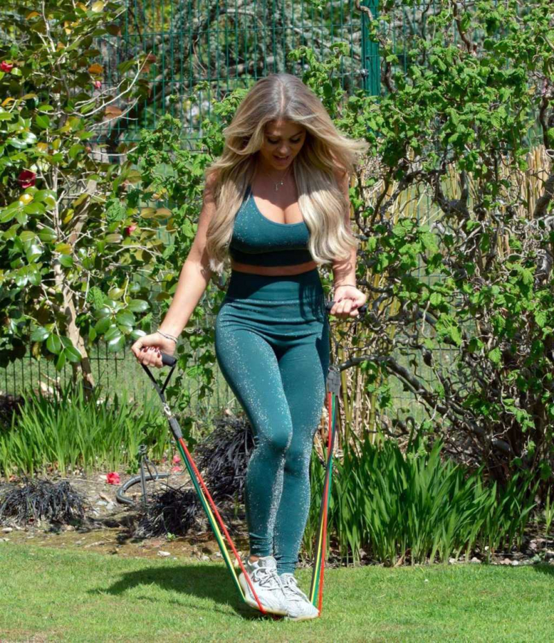 Bianca Gascoigne yeşil taytla sporda