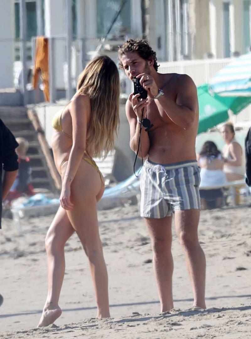 Delilah Belle Hamlin sarı bikini ile Santa Barbara'da