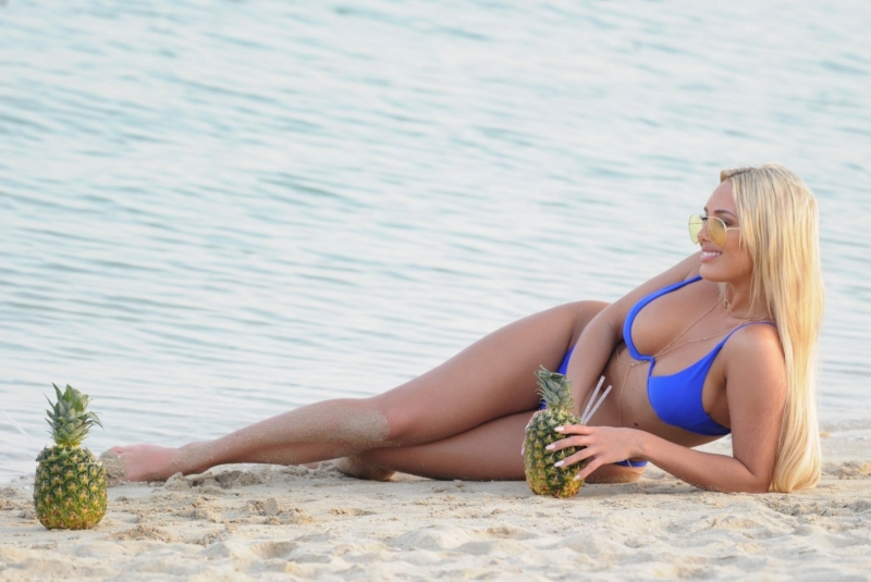 Amber Turner mavi bikiniyle