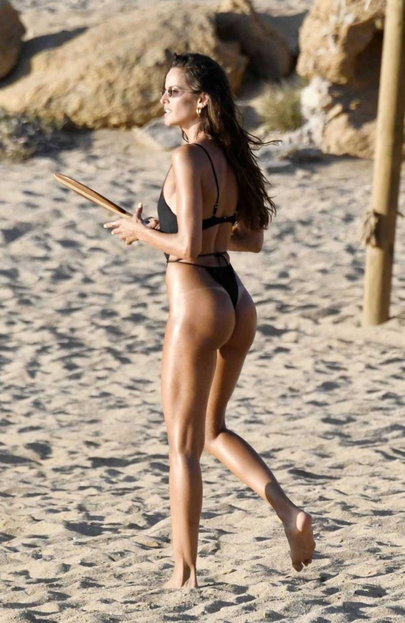 Izabel Goulart siyah bikini ile Yunanistan'da
