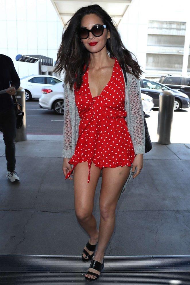Olivia Munn kırmızı mini elbiseyle sokakta