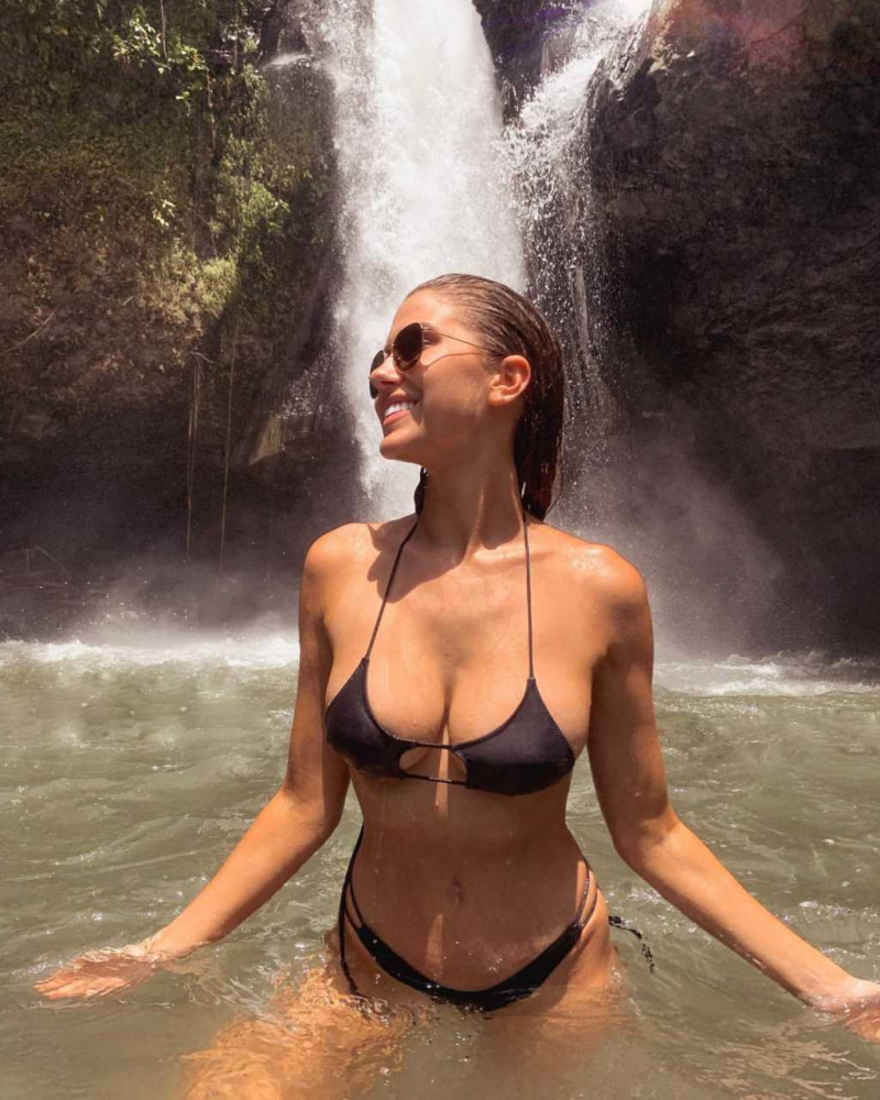 Kara Del Toro bikiniyle tatilde