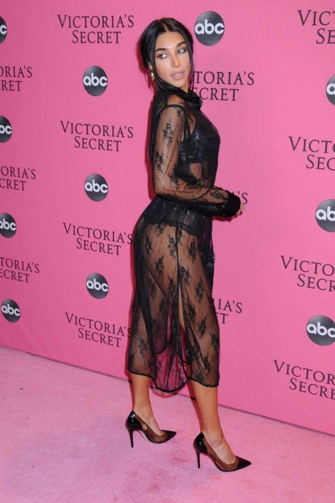 Chantel Jeffries  siyah şeffaf elbise ile etkinlikte