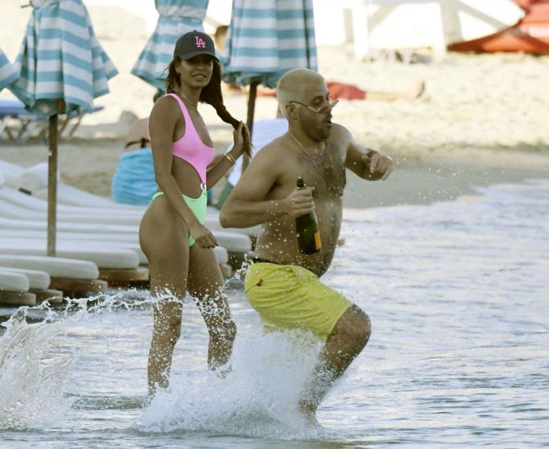 Joan Smalls bikiniyle Mykonos plajında