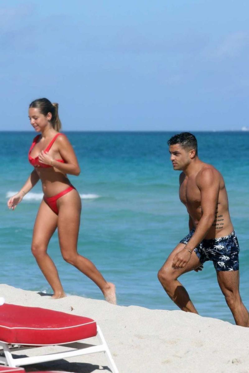 Maddy Burciaga kırmızı bikiniyle Miami'de