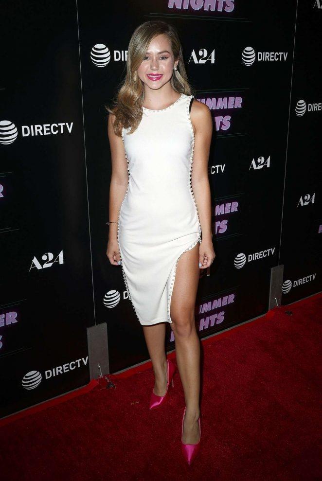 Brec Bassinger -  yırtmaçlı beyaz elbise