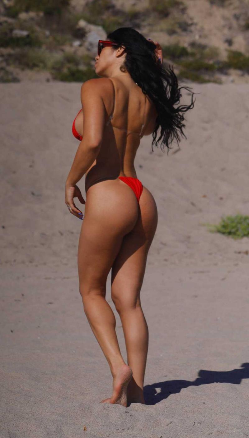 Suelyn Medeiros bikiniyle Malibu'da