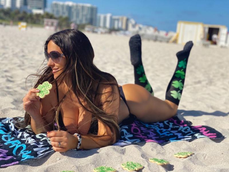 Claudia Romani bikiniyle Miami plajında