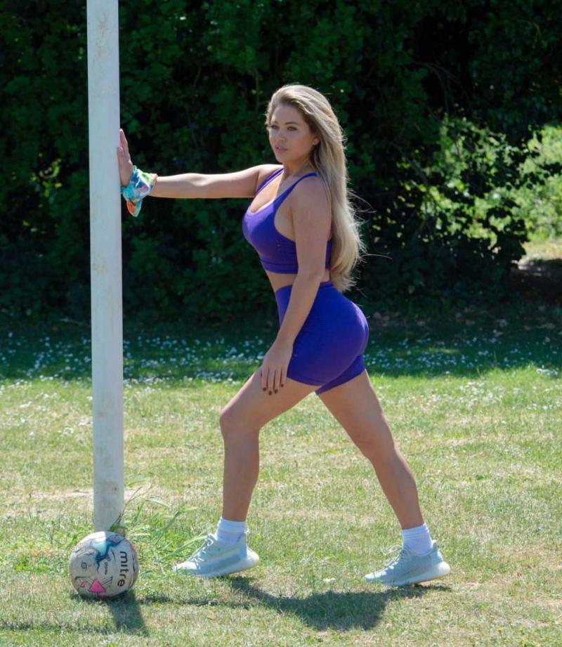 Bianca Gascoigne büstiyer ve tayt şortla top oynadı