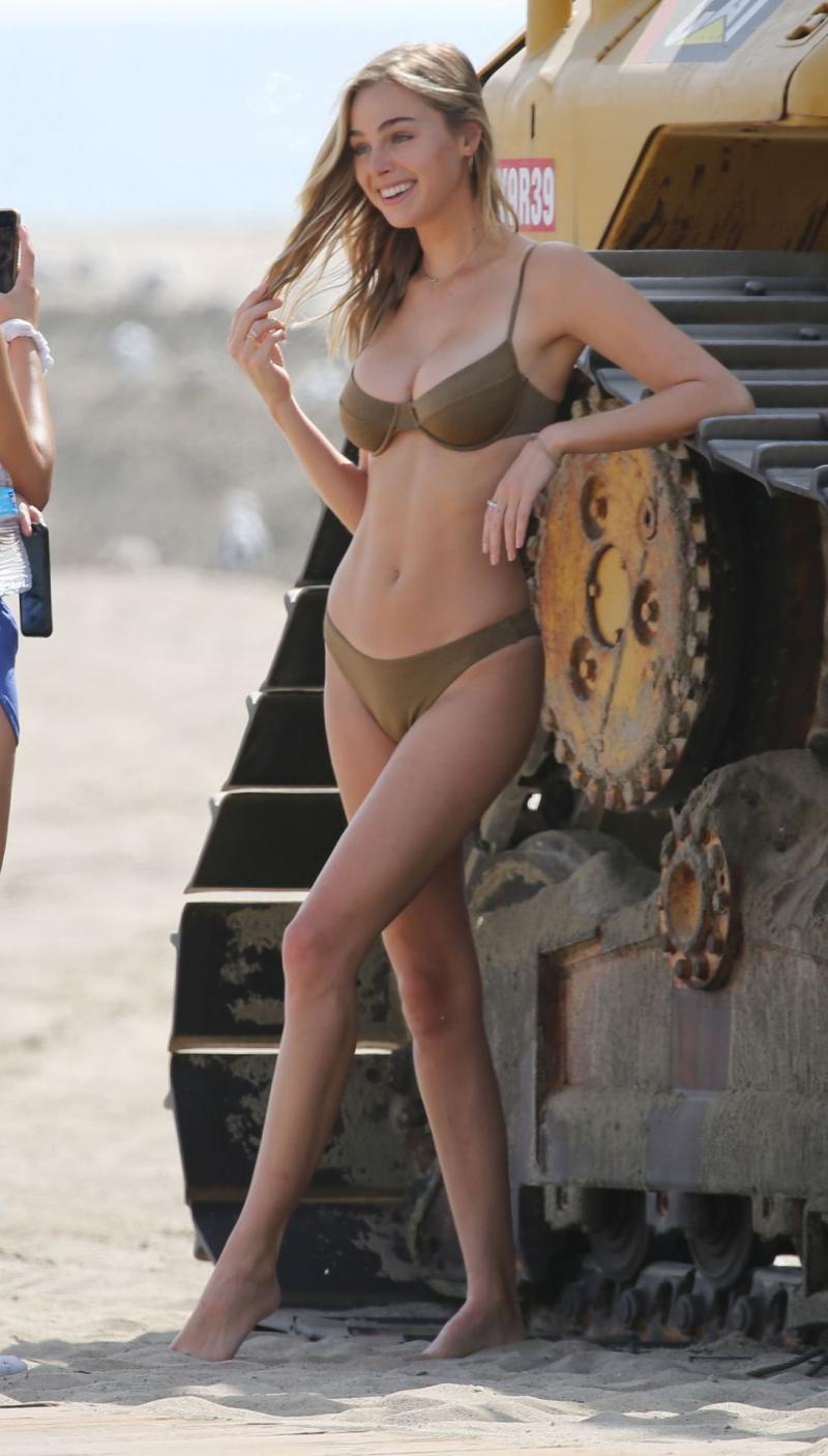 Elizabeth Turner bikiniyle