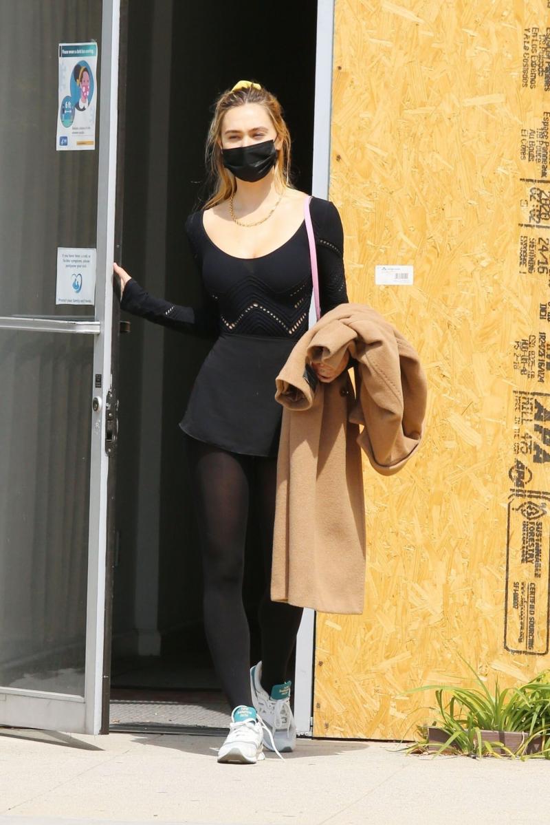 Alexis Ren bale kostümüyle Los Angeles'ta