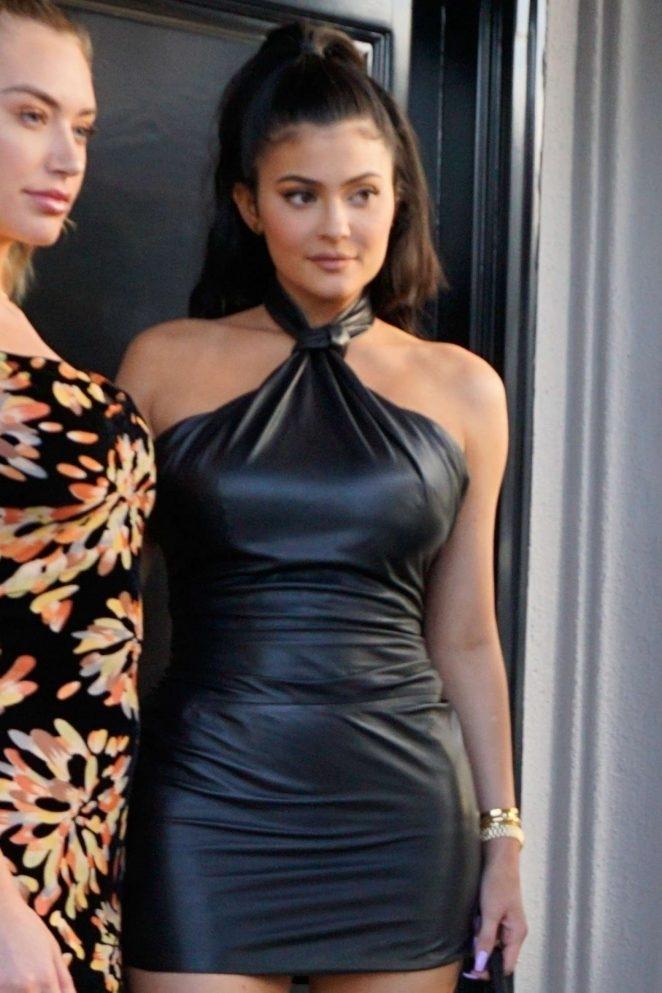 Kylie Jenner deri mini etek