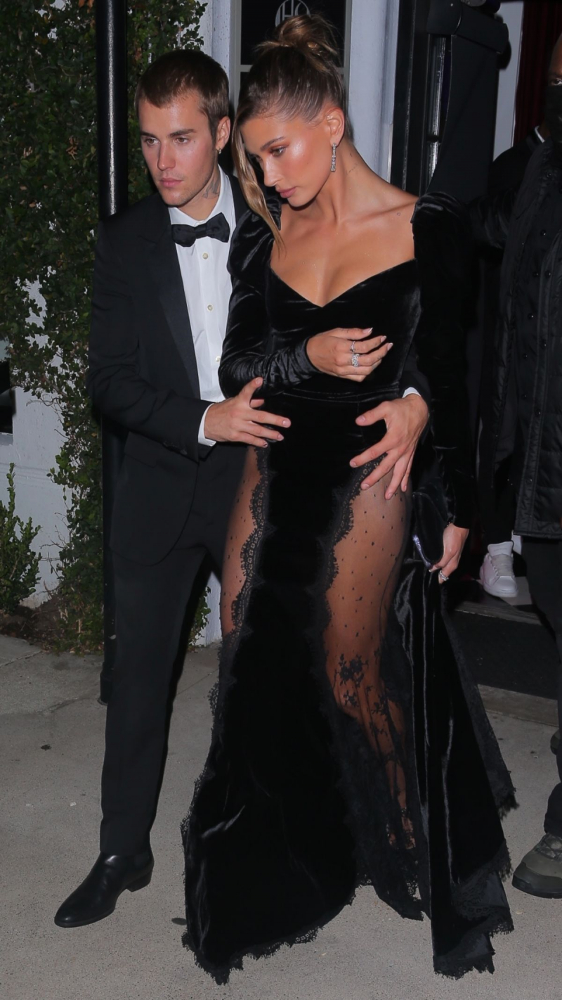Hailey Bieber siyah elbiseyle sanat galerisinde