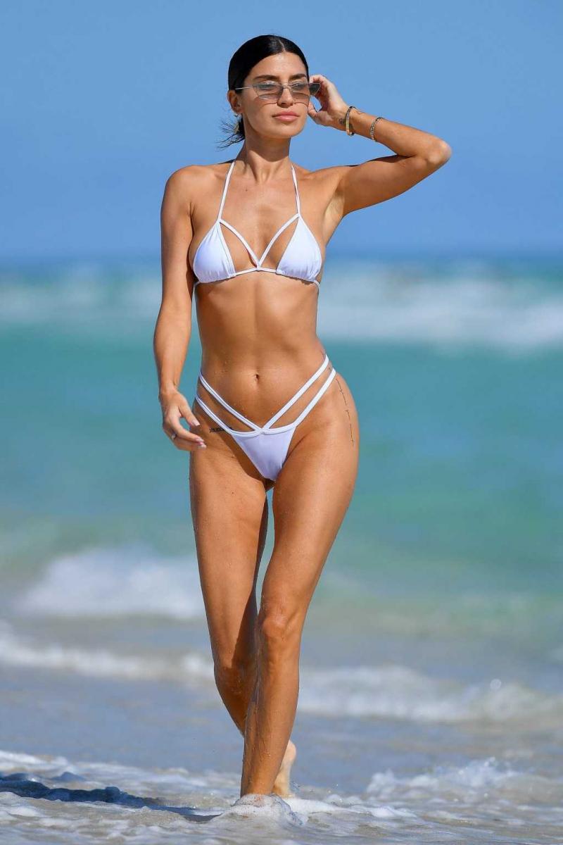 Nicole Williams beyaz bikiniyle Miami plajında