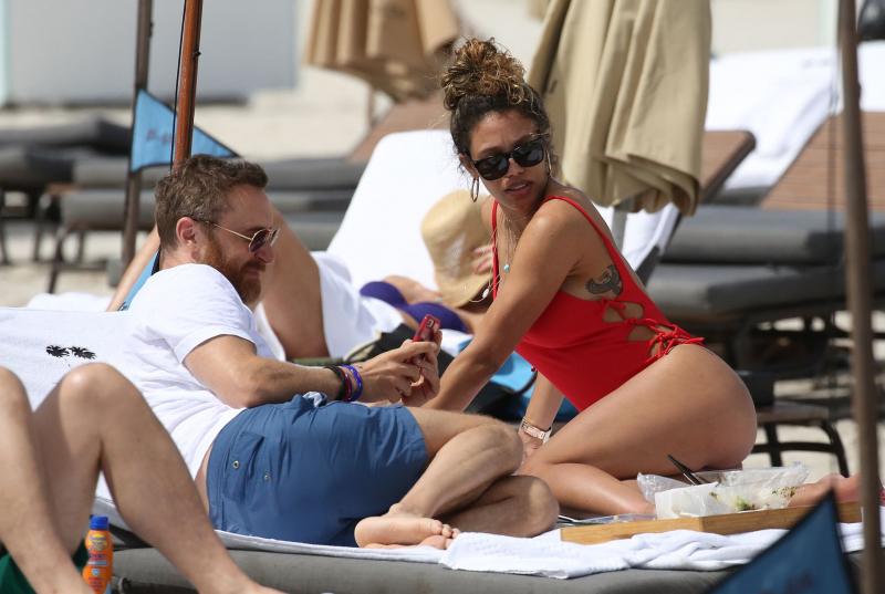 Jessica Ledon kırmızı mayoyla plajda