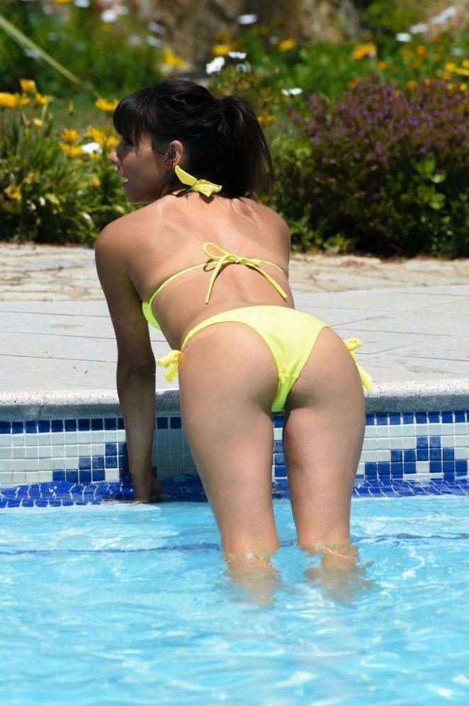 Roxanne Pallett sarı bikiniyle