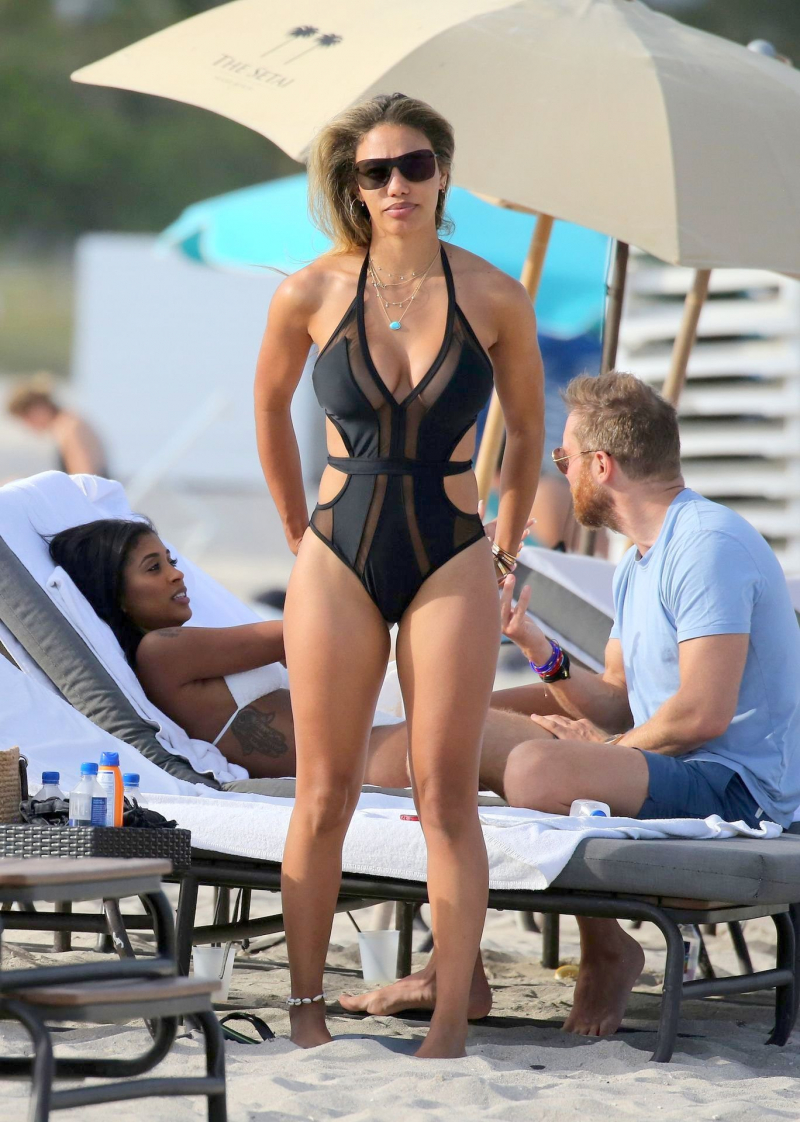 Jessica Ledon siyah bikini ile Miami plajında