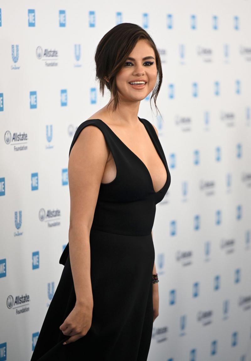 Selena Gomez siyah göğüs dekolteli elbise ile Inglewood'da