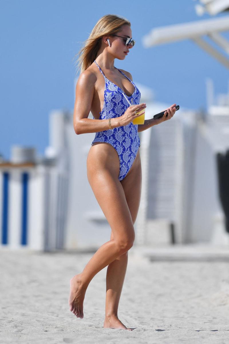 Kimberley Garner mayo ile Miami plajında 12/05/2021
