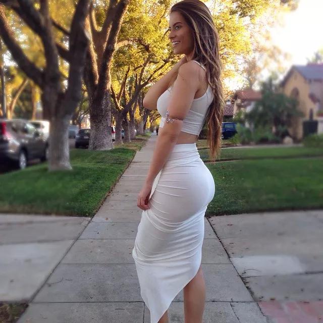 девушка в обтягивающем платье фото