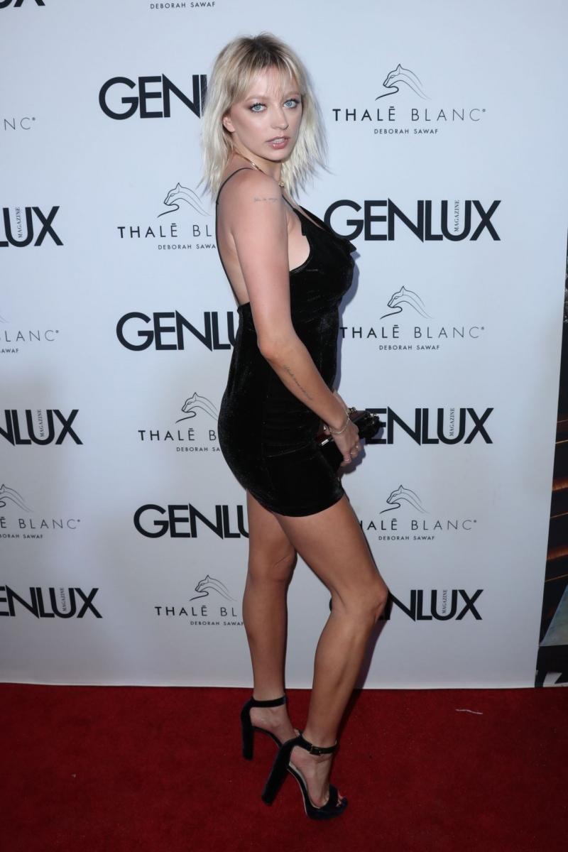 Caroline Vreeland siyah göğüs dekolteli elbisesi ile etkinlikte