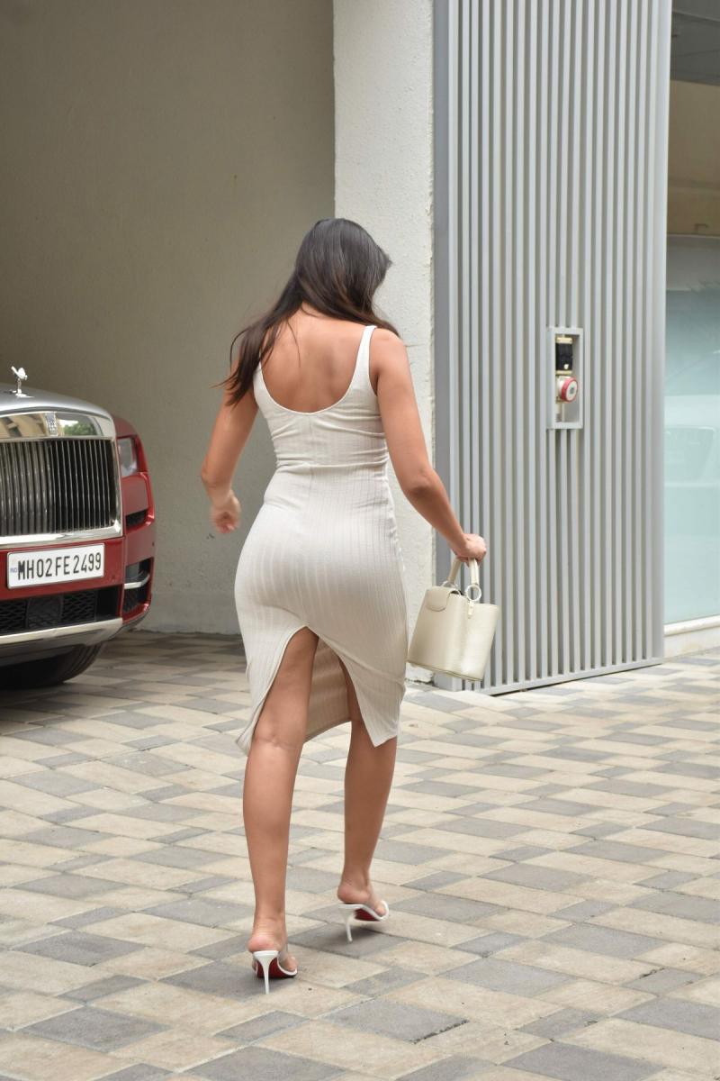 Nora Fatehi elbiseyle Mumbai'de